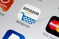 亚马逊购物在苹果计算机iPhone x屏幕特写镜头的应用象 亚马逊购物的app象 亚马逊机动性应用 社会 免版税库存照片