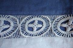 亚麻制织品在蓝色树荫下与有花边的条纹的 免版税库存图片