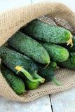 亚麻制袋子的黄瓜 免版税库存图片