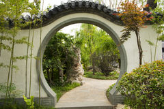 亚洲中国人北京庭院商展庭院,古色古香的大厦,白色墙壁,灰色瓦片,装饰窗口, 免版税库存图片