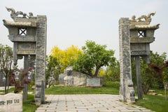 亚洲中国人北京庭院商展庭院,门柱子雕刻了石头,雕象,一个民族英雄, 免版税库存照片
