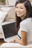 亚洲中国妇女便携式计算机 免版税库存图片