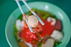 亚洲中国烹调elicious鱼fu粘贴充塞了tau yong 库存照片