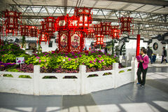 亚洲中国,北京,农业狂欢节,室内展览室,场面,红色灯笼,牡丹 库存图片