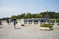 亚洲中国,北京,北海公园,夏天庭院风景,石Bridgeï ¼ ŒThe白色塔 免版税库存照片