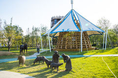 亚洲中国,武清天津,绿色商展,庭院风景、雕塑、小牧人和绵羊 免版税库存照片