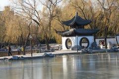 亚洲人中国、北京、陶然亭公园、冬天风景、亭子、大阳台和开放大厅 免版税库存照片