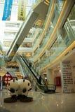 亚洲人中国,北京,王府井, APM购物中心,室内设计商店, 免版税库存照片