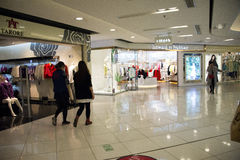 亚洲人中国,北京,王府井, APM购物中心,室内设计商店, 库存照片