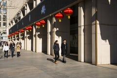 亚洲人中国,北京,现代修造的CBD,万达队广场 库存图片