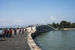 亚洲人中国,北京,颐和园, 17曲拱桥梁 库存照片