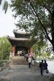 亚洲人中国,北京,颐和园, XI二,桥梁,亭子 免版税库存图片