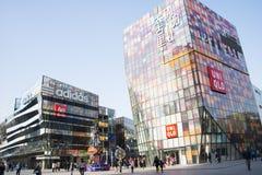 亚洲人中国,北京, Taikoo李三里屯,打开购物区 库存图片