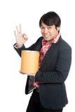 亚洲人举行一个空白的桶和展示好标志 库存照片