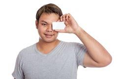 亚洲人关闭他的与一个空插件的眼睛 免版税库存图片