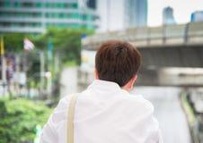 亚洲人后面在城市 库存图片