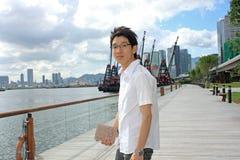 亚洲人在公园放松 免版税库存图片