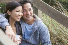 亚洲人妇女浪漫夫妇饮用的咖啡 免版税库存图片