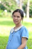 亚洲人孕妇是休闲在公园 库存图片