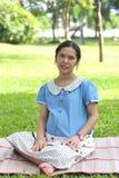 亚洲人孕妇是休闲在公园 库存照片