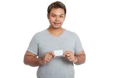 亚洲人展示一个空插件 免版税库存照片