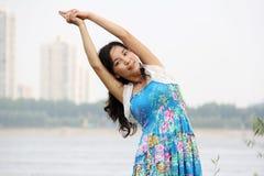 亚洲人执行女孩瑜伽 免版税库存照片