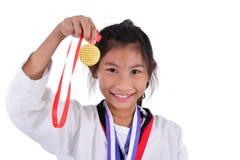 亚洲人显示她金子meda的跆拳道女孩 库存图片