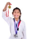 亚洲人显示她金子meda的跆拳道女孩 免版税库存图片