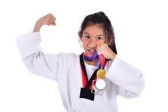 亚洲人显示她金子meda的跆拳道女孩 免版税库存照片