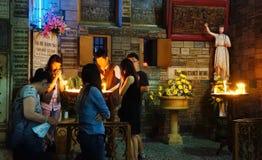 亚洲人祈祷, Notre Dame大教堂 免版税库存照片