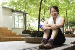 亚洲人给健身妇女穿衣 免版税库存图片