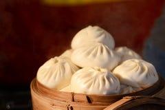 亚洲人蒸的小圆面包 库存图片