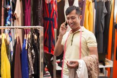 亚洲人裁缝电话谈的时尚 库存照片