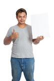 亚洲人赞许拿着一个垂直的空白的标志 免版税库存图片