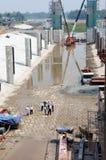 亚洲人,建造场所,挖泥机,河床, rigation系统 库存照片