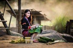 亚洲人给hmong老挝传统妇女穿衣 免版税库存图片