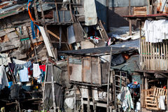亚洲住房简陋小木屋蹲着的人 库存图片