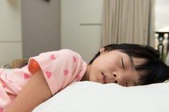 亚洲儿童睡觉 免版税库存图片