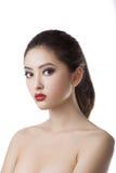 亚洲关闭面对她的背景美丽的秀丽关心白种人离析了看起来混合模型种族端皮肤涉及白人妇女年轻人 美丽的女孩纵向年轻人 背景查出的白色 混合的族种 库存图片