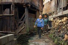亚洲农村,农民,农夫,孩子十几岁在中国vil附近走 免版税库存照片