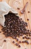 亚麻制袋子用咖啡豆、匙子和东方人 免版税库存图片