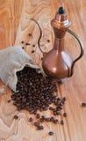亚麻制袋子用咖啡豆、匙子和东方人 库存图片