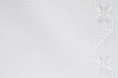 亚麻制织品纹理与白色丝绸刺绣的 库存照片
