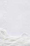 亚麻制织品纹理与白色丝绸刺绣的 免版税库存图片