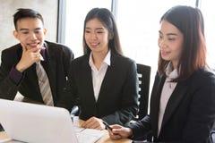 亚洲办公室工作者讨论 免版税库存图片