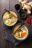 亚洲味噌拉面面条用鸡蛋、豆腐和enoki 免版税图库摄影