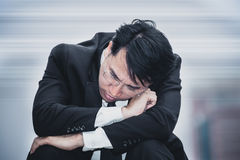 亚洲商人哀伤的忧虑疲倦了和头疼,在workpl的重音 免版税图库摄影