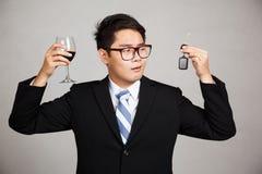 亚洲商人选择饮料或驾驶 免版税库存照片
