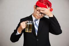 亚洲商人醉得和困用啤酒 库存图片