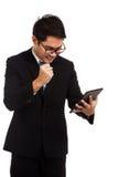 亚洲商人满意对与片剂个人计算机的成功 库存照片